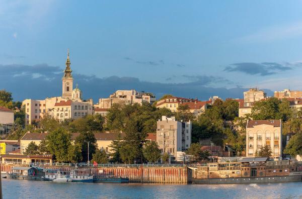 Bild 1 von 4: Das Stadtpanorama von Belgrad am Ufer der Save: Die Stadt ist aus ihrer jahrzehntelangen Lethargie erwacht und befreit sich immer mehr von ihrem schlechten Ruf.