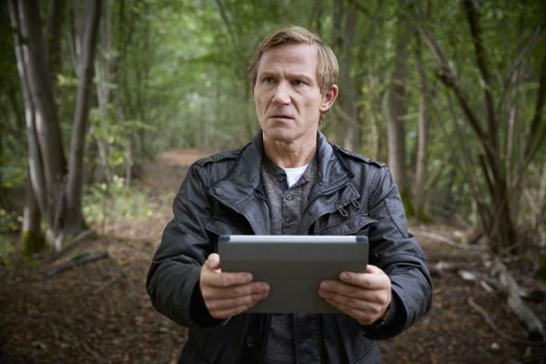 Bild 1 von 8: Um sich im Wald zu orientieren, vertraut Overbeck (Roland Jankowsky) voll auf die Ansagen seines Navigationsgerätes.