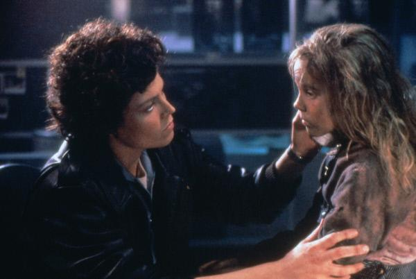 Bild 1 von 7: Ripley (Sigourney Weaver, l.) ist fest entschlossen, Newt (Carrie Henn, r.) vor den Aliens zu beschützen ...