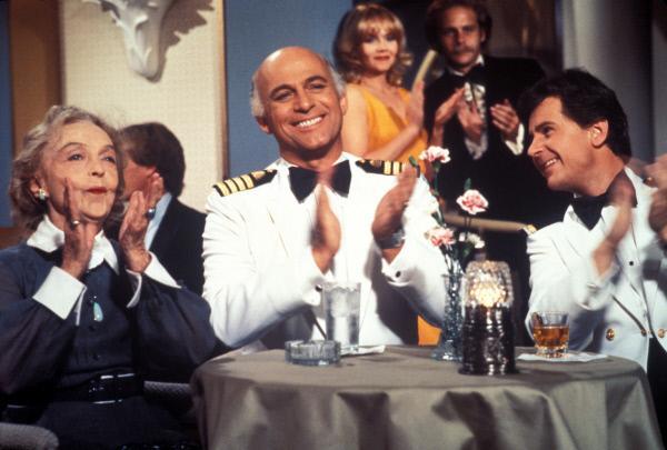 Bild 1 von 12: (4. Staffel) - Für die Gäste, wie auch die Besatzung um Kapitän Merill Stubing (Gavin MacLeod, M.) und Steward 'Gopher' Smith (Fred Grandy, r.), ist der Aufenthalt auf der Pacific Princess immer ein Erlebnis ...