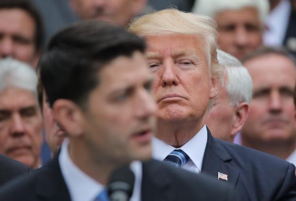 Bild 1 von 1: Trump gegen alle: Im Rosengarten des Weißen Hauses hält der wieder auf Linie gebrachte republikanische Sprecher des Repräsentantenhauses, Paul Ryan, eine Lobesrede auf US-Präsident Donald Trump. Nutzungszeitraum bis 10.09.2021