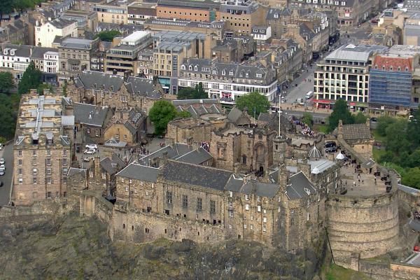 Bild 1 von 7: Das Edinburgh Castle gilt als eine der bedeutendsten Sehenswürdigkeiten Schottlands und befindet sich auf dem Hügel Castle Rock im Zentrum der Stadt.