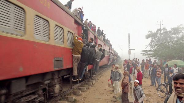 Bild 1 von 3: Staub, Hitze, Gedränge: Dieser Bahnhof befindet sich ca. 25 Kilometer von Deli entfernt. Hier hält nur viermal am Tag ein Zug. Daher sind diese Züge stets heillos überfüllt.