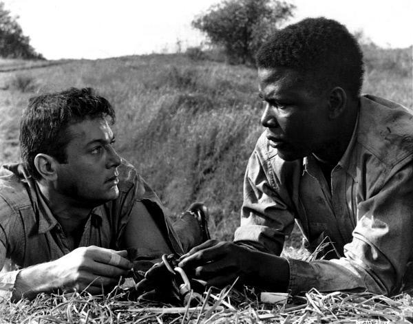 Bild 1 von 6: Nach Verbitterung, Haßausbrücher und handfesten Schlägereien haben der Weiße Jackson (Tony Curtis, l.) und der Schwarze Cullen (Sidney Poitier, r.) erkannt, dass sie nur in gemeinsamen Bemühen füreinander eine Chance haben, zu überleben.