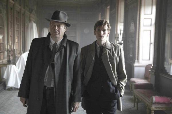 Bild 1 von 4: Der junge Endeavour Morse (Shaun Evans, r.) wird dem erfahrenen Ermittler Fred Thursday (Roger Allam, l.) zugeteilt. Gemeinsam gehen sie auf Verbrecherjagd.