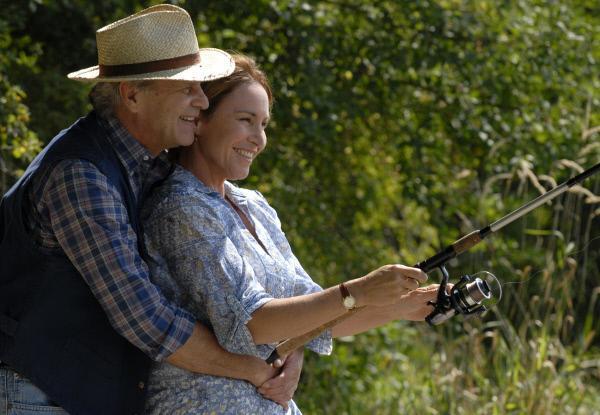 Bild 1 von 5: Karl (Peter Sattmann) hat seine Lebensgefährtin Helene (Katerina Jacob) zum Angeln eingeladen.