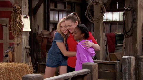 Bild 1 von 1: Lou teilt Zuri und Emma für den Stalldienst ein. Unterdessen finden die Jungs heraus, dass Gladys im Wald ein Geheimnis verbirgt.
