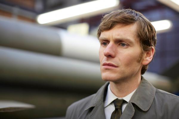 Bild 1 von 5: Endeavour Morse (Shaun Evans) hält es nicht für Zufall, dass der Fabrikarbeiter Percy Malleson ausgerechnet an dem Tag ermordet wird, an dem Prinzessin Margaret das Unternehmen besucht.