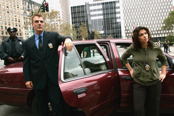 Bild 1 von 3: Die Detectives Logan (Chris Noth) und Barek (Annabella Sciorra) suchen nach einem verwilderten Dachgarten in New York. Hier sollte die Leiche des verschwundenen Mädchens begraben sein.