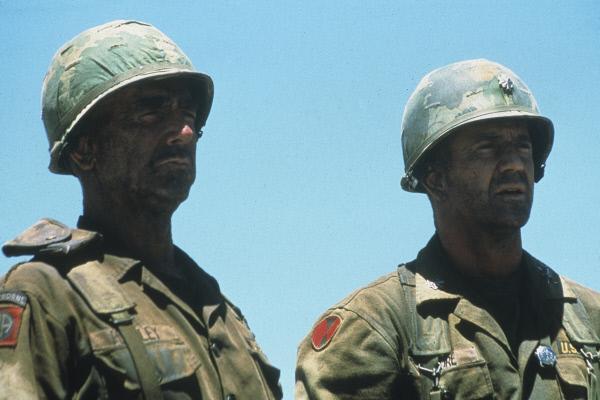 Bild 1 von 6: Lt. Col. Hal Moore (Mel Gibson) und Sgt. Basil Plumley (Sam Elliott,l.) sind einer aussichtslosen Schlacht ausgeliefert. Eingekesselt im \