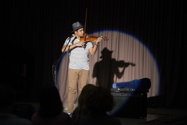 Bild 1 von 2: Dylan (Liam Talty) mit seiner Geige auf der B?hne beim Abschlusskonzert seiner Musikklasse.