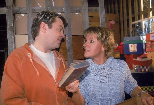 Bild 1 von 6: Nikola (Mariele Millowitsch) und Tim (Oliver Reinhard) finden ein altes Buch im Keller und sind sich nicht ganz einig, wem 'Der Schatz im Silbersee' eigentlich gehört.