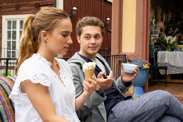 Bild 1 von 15: Lene (Tara Fischer) hat Interesse an Oliver (Anselm Bresgott); sie versucht, ihm beim Eis essen näher zu kommen.