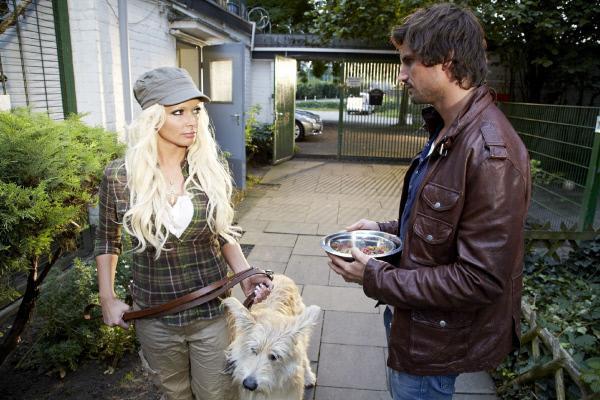 Bild 1 von 38: Ben (Tom Beck) will 'Bello' im Tierheim abliefern und muss sich die Vorwürfe von der Tierpflegerin (Daniela Katzenberger) gefallen lassen.