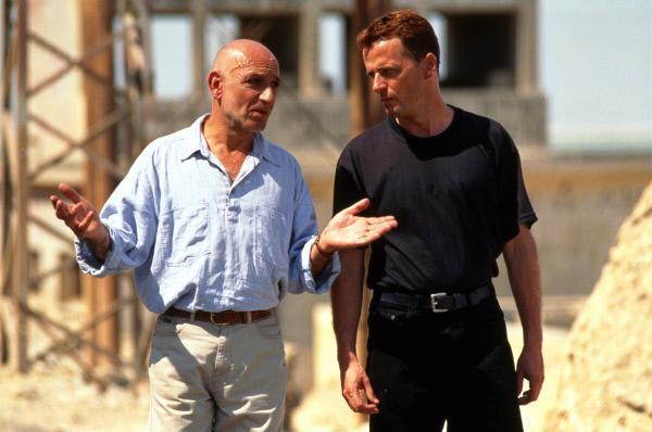 Bild 1 von 9: Der Mossad-Agent Amos (Ben Kingsley, l.) bereitet den US-Navy-Offizier Annibal Ramirez (Aidan Quinn, r.) auf eine gefährliche Mission vor.