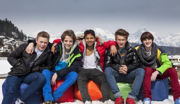 Bild 1 von 1: v.l.n.r.: Philipp, Lukas, Felix, Joel und Tom vor verschneiter Bergkulisse.