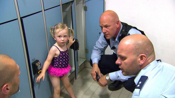 Bild 1 von 2: Die Beamten Bruce Berger (2ter re.) und Alex Henke (re.) werden ins Schwimmbad gerufen. Die Eltern eines kleinen Mädchens sind unauffindbar...