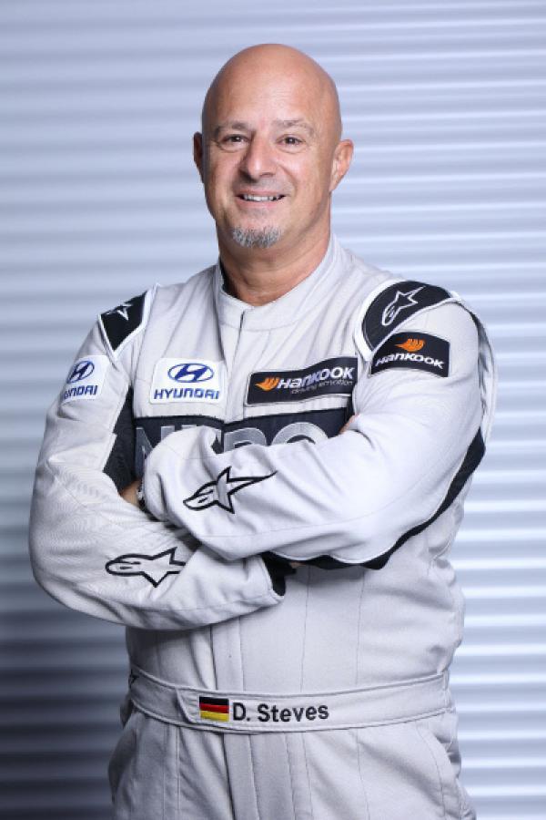 Bild 1 von 4: Detlef Steves hat Rennblut geleckt und will den Werdegang eines richtigen Rennfahrers absolvieren: Vom Fahrtraining über den Medizincheck bis zur Rennlizenz. Das Ziel: Die Grüne Hölle des Nürburgrings.