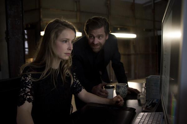 Bild 1 von 14: Felix (Andreas Nickl, r.) lobt Laura (Odine Johne, l.) für ihre Arbeit. Doch sie kann seine Gegenwart nicht ertragen.