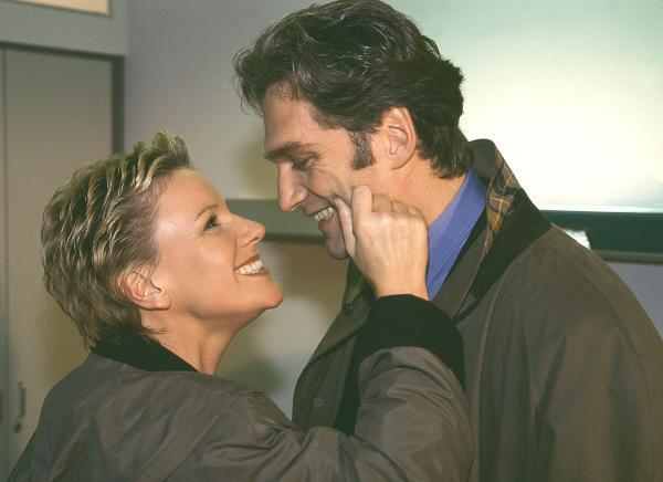 Bild 1 von 11: Dr. Schmidt (Walter Sittler) und Nikola (Mariele Millowitsch) behaupten Monika gegenüber, ein Paar zu sein.