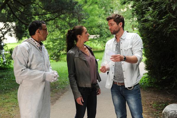 Bild 1 von 5: Am Tatort berichtet Jan Arnaud (Mike Zaka Sommerfeldt, l.) seinen Kollegen Selma Kirsch (Yve Burbach, M.) und Jo Stoll (Peter Ketnath, r.), dass er Kokain beim Opfer gefunden hat.