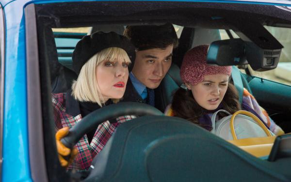 Bild 1 von 3: Agatha Raisin (Ashley Jensen, l.), Bill Wong (Matt McCooey, M.) und Toni Gilmour (Jodie Tyack, r.) suchen Roy, der in der Nacht zuvor entführt worden ist.
