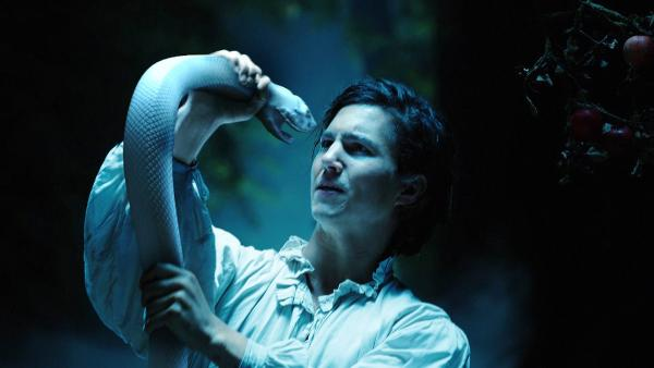 Bild 1 von 14: Endres (Tim Oliver Schultz) und die weiße Schlange schmieden gemeinsam einen Plan.