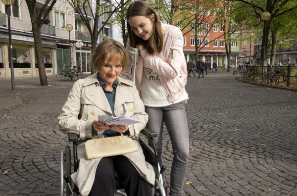 Bild 1 von 1: Jetzt geht's los: Gisela (Ruth Reinecke, links) möchte Enkelin Bille (Gioia Marischka) den Autor der Liebesbriefe zeigen.
