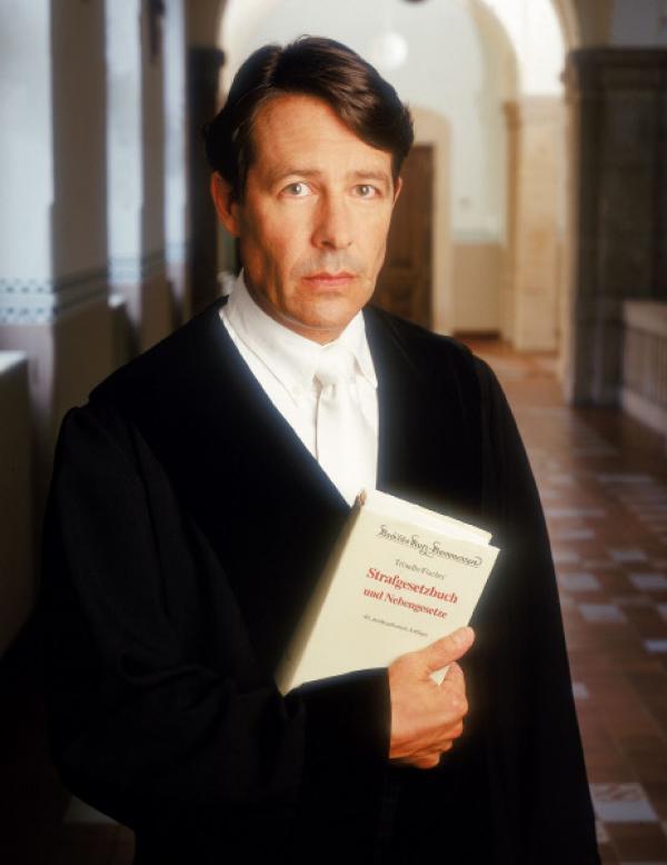 Bild 1 von 7: Ulrich Wetzel ist der vorsitzende Richter in der Gerichtssendung. Er verhandelt schwere Delikte wie fahrl�ssige T�tung, Brandstiftung oder Diebstahl.