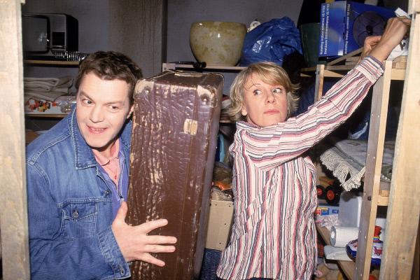 Bild 1 von 6: Beim Keller-Aufräumen findet Tim (Oliver Reinhard) einen alten Koffer von Nikola (Mariele Millowitsch). Er ist neugierig, was in dem Koffer ist, aber Nikola will, dass er ihn ungeöffnet wieder wegstellt.
