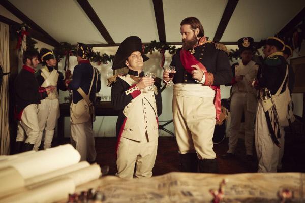 Bild 1 von 8: Holger Stockhaus und Antoine Monot als Napoleon und Offizier kurz vor der Schlacht bei Waterloo.