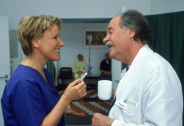 Bild 1 von 9: Nikola (Mariele Millowitsch) hat einen neuen Job in der Uniklinik gefunden. Mit ihrem neuen Chef, Dr. Bender (Herbert Meurer), versteht sie sich auf Anhieb.