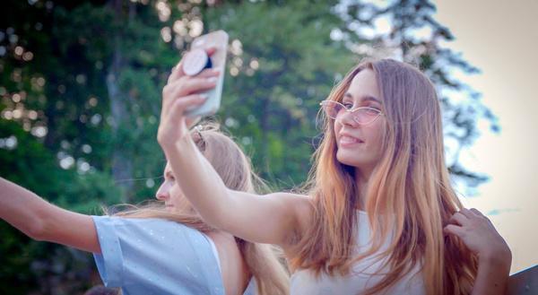Bild 1 von 1: Selfies sind global. Und: global verständlich. Kommunikation heruntergebrochen auf das Wesentliche: Mimik und Gestik.