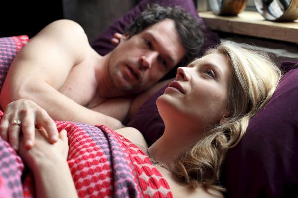 Bild 1 von 4: Annie Cabbot (Andrea Lowe) verbringt die Nacht bei dem Kunsthistoriker Mark Keane (John Light).