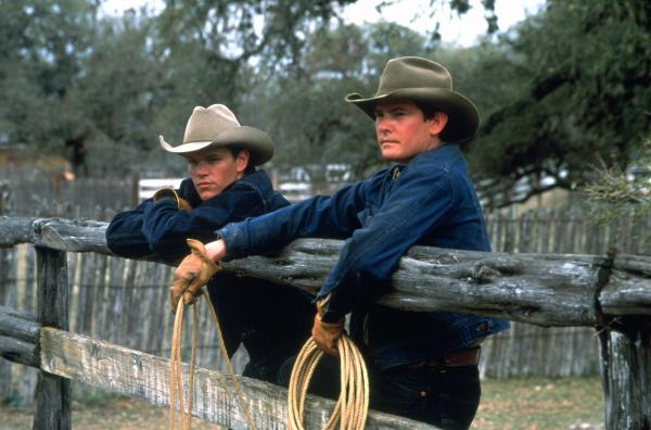 John Grady Cole (Matt Damon, li.) und sein Freund Lacey Rawlins (Henry Thomas, re.) haben auf einer großen mexikanischen Ranch angeheuert. Zwei Männer mit Cowboyhut und Arbeitsleidung stehen mit Lassos an einer Koppel.