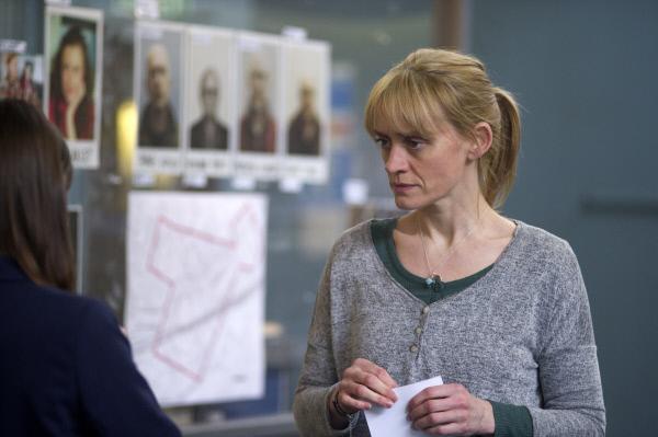 Bild 1 von 5: Claire (Anne-Marie Duff) betrachtet noch einmal den Tatvorgang und die Fotos der Leichen. Dabei macht sie eine wichtige Entdeckung.