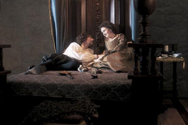 Bild 1 von 6: Friedrich V. (Roland Bonjour) und seine Frau Elisabeth Stuart (Rosa Bursztein). Friedrichs politisches Handeln war einer der Auslöser des Dreißigjährigen Krieges.