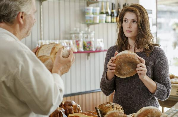 Bild 1 von 5: Gemma Bovery (Gemma Arterton) besucht Martin Joubert (Fabrice Luchini) in seiner Bäckerei. Gemma nimmt Martins Angebot an, von ihm zu lernen, wie man ein Brot backt.