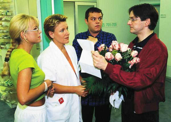 Bild 1 von 7: Nikola (Mariele Millowitsch, 2.v.l.) gibt Hauser (Max Herbrechter, r.) den Trennungsbrief von Kathi. Elke (Jenny Elvers, l.) und Tim (Oliver Reinhard) leiden mit.