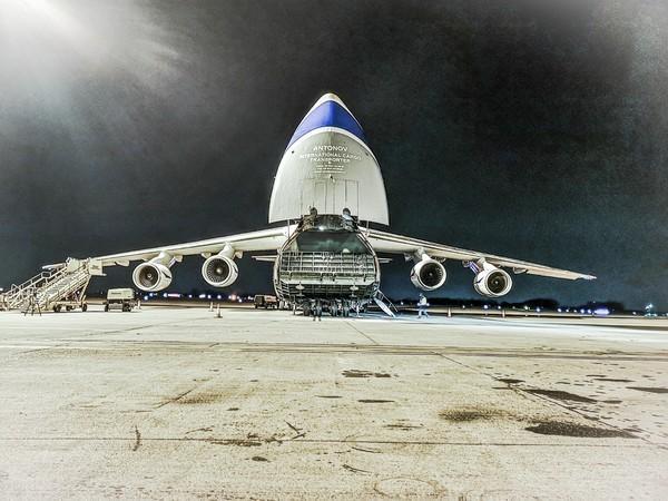 Bild 1 von 3: Das Frachtflugzeug wird beladen.