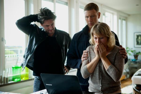 Bild 1 von 10: Die Tochter von Hamiltons (Mikael Persbrandt, M.) enger Freundin Ewa (Frida Hallgren, r.) wurde entführt, auch der häufig abwesende Vater Pierre (Reuben Sallmander, l.) ist verzweifelt.