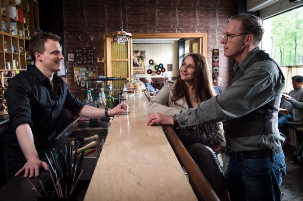 Bild 1 von 5: Basti (Tim Kalkhof) behauptet in Anwesenheit seiner Tante Silvia (Barbara Philipp), dass er Besitzer des Cafés sei in dem sie sich gerade befinden. Der wahre  Cafébesitzer Lennart (Dirk Martens) spielt das Spiel widerwillig mit.