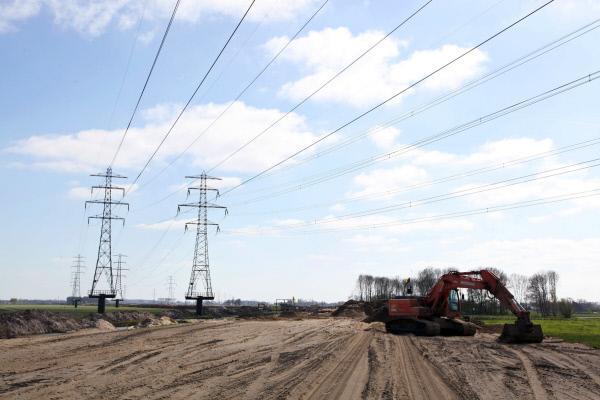 """Bild 1 von 5: Unter dem Namen """"Raum f?r den Fluss"""" werden in Holland innerhalb von zwanzig Jahren 32 Projekte im Bereich Hochwasserschutz umgesetzt. Hier ein Deichr?ckbau in Veessen-Wapenveld"""