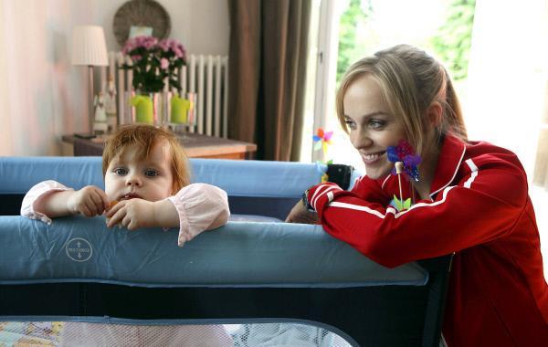 Bild 1 von 1: Julia Klug (Friederike Kempter, rechts) hat keine Ahnung, dass ihre Familie hinter ihrem Rücken einen Babysitter für Baby Ellie (Johanna Gaudlitz) sucht.