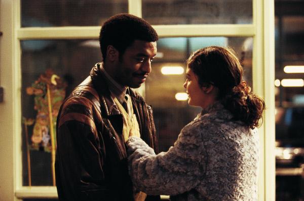 Bild 1 von 3: Okwe (Chiwetel Ejiofor) und Senay (Audrey Tautou) leben und arbeiten illegal in London. Beide verbindet ihre Not: Sie arbeiten im selben Hotel, schlafen Schicht in Senays Wohnung und brauchen einen Pass.