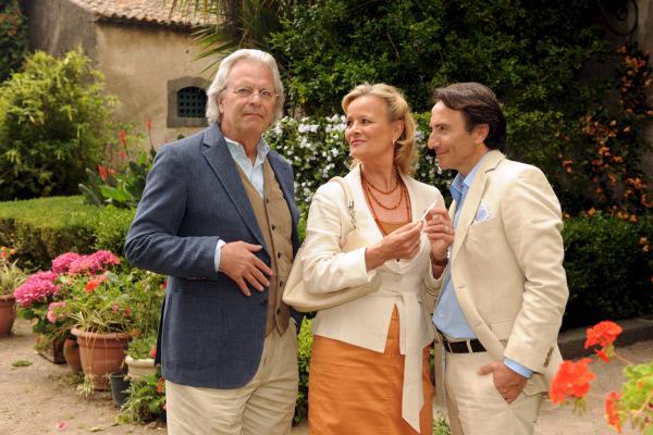 Bild 1 von 6: In der Hoffnung, mehr Aufmerksamkeit von ihrem Mann Klaus (Peter Sattmann, l.) zu erhalten, flirtet Petra (Claudia Rieschel)  mit dem charmanten Bruno (Bruno Maccallini, r.).