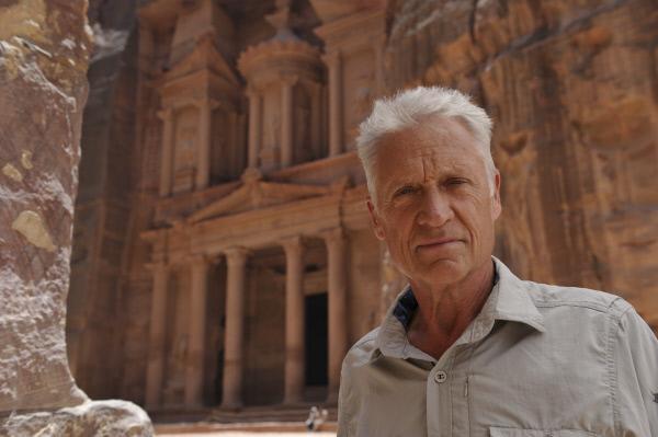Bild 1 von 1: Robert Atzorn vor dem sogenannten Schatzhaus in Petra (Jordanien).