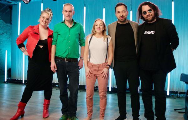 Bild 1 von 2: v.li. Kim Hoss, Johann König, Miss Allie, Andi Kraus und die Band Derek von Krogh.