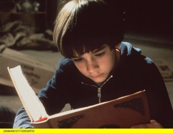 Bild 1 von 3: Der kleine Halbwaise Bastian (Barret Oliver), eine passionierte Leseratte, ist in die fesselnde Lektüre eines magischen Buchs vertieft.