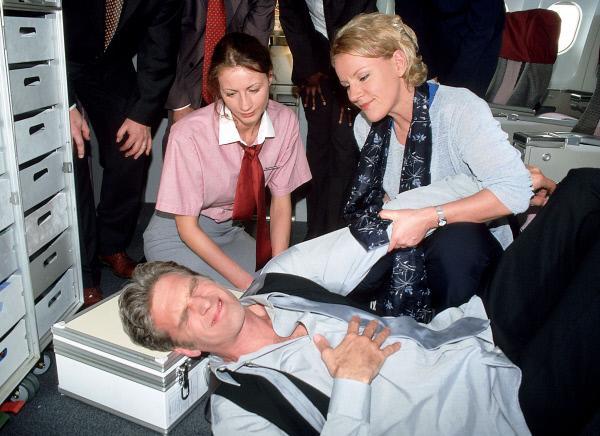 Bild 1 von 10: Das kommt davon: Weil Dr. Schmidt (Walter Sittler) sich nicht anschnallen wollte, hat es ihn bei Turbulenzen heftig erwischt. Nikola (Mariele Millowitsch, r.) muss helfen. (l. Sylvia Esch als Stewardess)